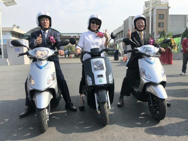 圖說:台灣中油董事長戴謙(右)、嘉義市長黃敏惠(中)、三陽工業董事長吳清源(左)試乘電動機車。