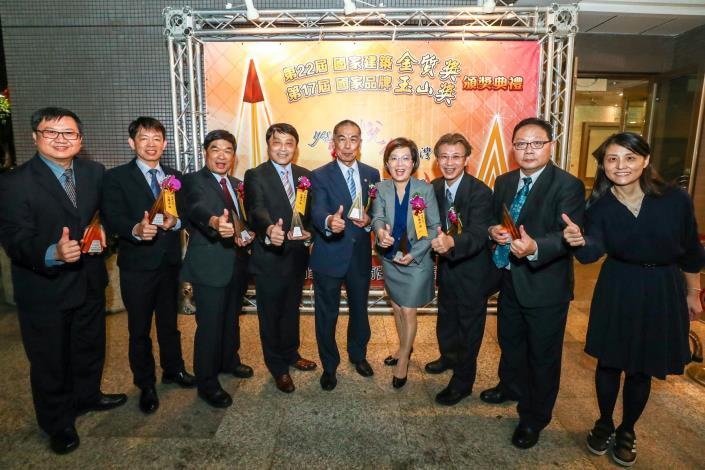 台灣中油攻頂玉山獎8大獎 傑出企業、最佳產品全國首獎雙冠王