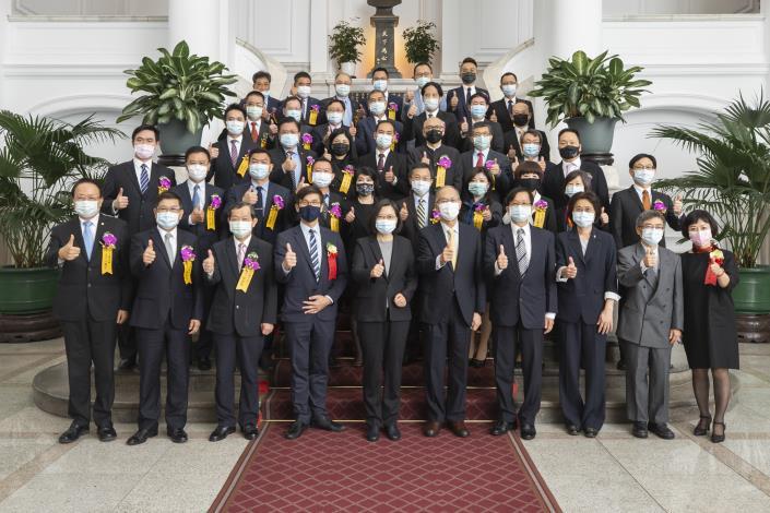 台灣中油獲國家品牌玉山獎雙首獎 董事長、總經理代表接受總統表揚