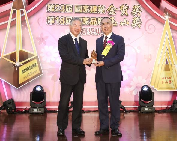 台灣中油公司榮獲國家品牌玉山獎共八大獎項 其中「95無鉛汽油」、「智慧綠能加油站」得全國首獎