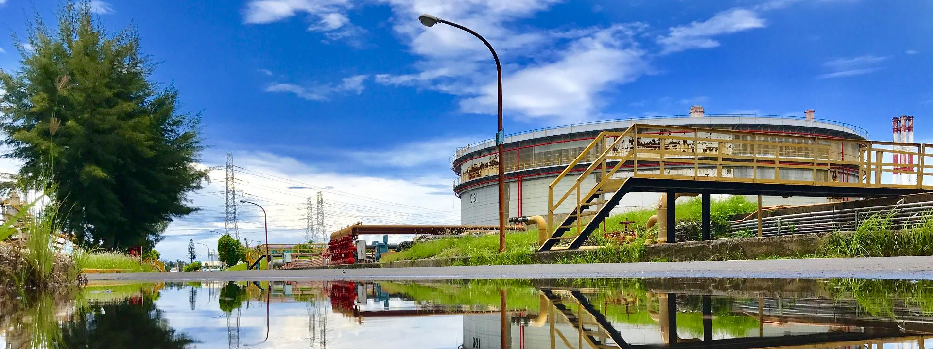 大林煉油廠-雨過天晴,路旁積水,倒影出現實生活場景。