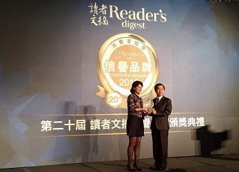 6月26日由油品行銷事業部零售室官旭章副主任(右)代表領獎